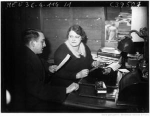 Mme Georgette Faës, dernier écrivain public de Paris : [photographie de presse] / Agence Meurisse (Paris), 1936